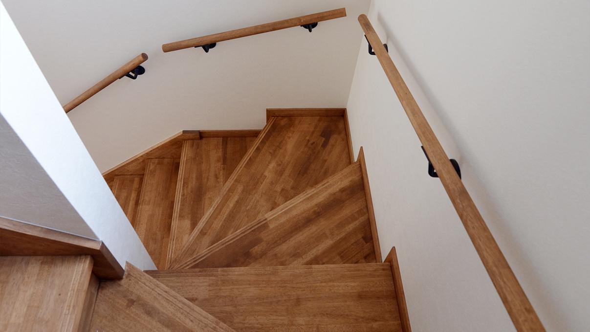 漆喰塗り壁のかわいいお家 階段
