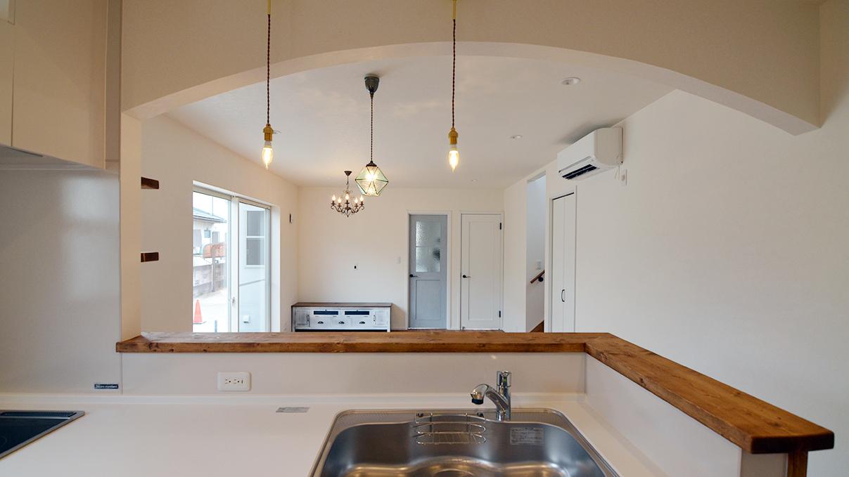 漆喰塗り壁のかわいいお家 キッチンから見たリビング