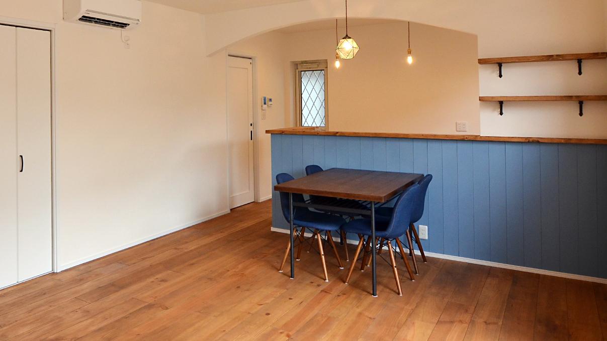 漆喰塗り壁のかわいいお家 リビングのダイニングテーブル