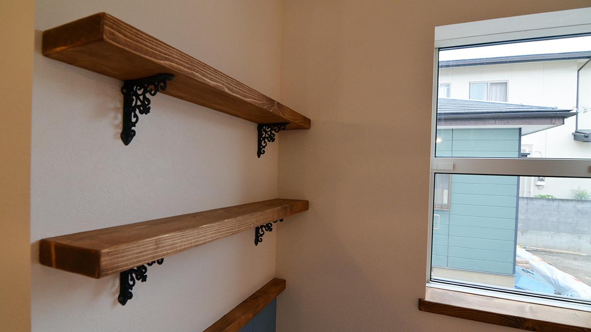 漆喰塗り壁のかわいいお家 リビングの造作棚板