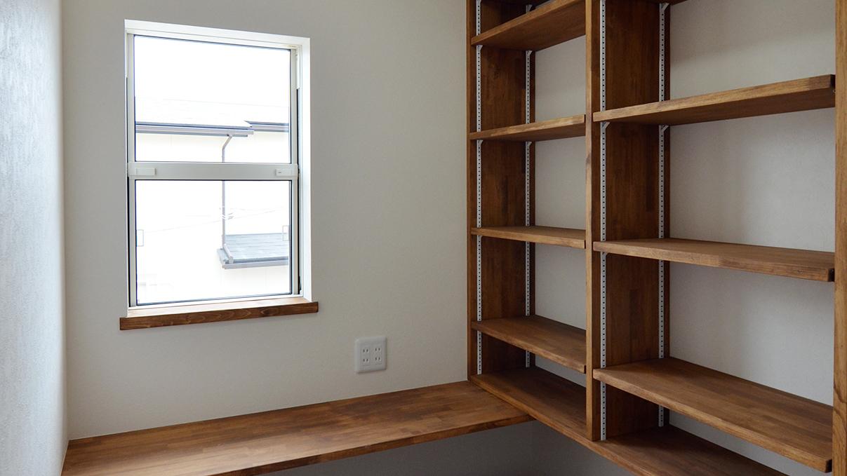 漆喰塗り壁のかわいいお家 明るい書斎