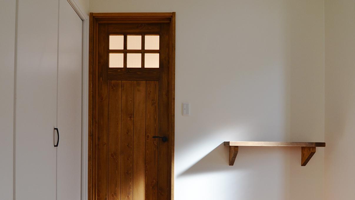 ナチュラルモダンのお家 木のドアと造作棚