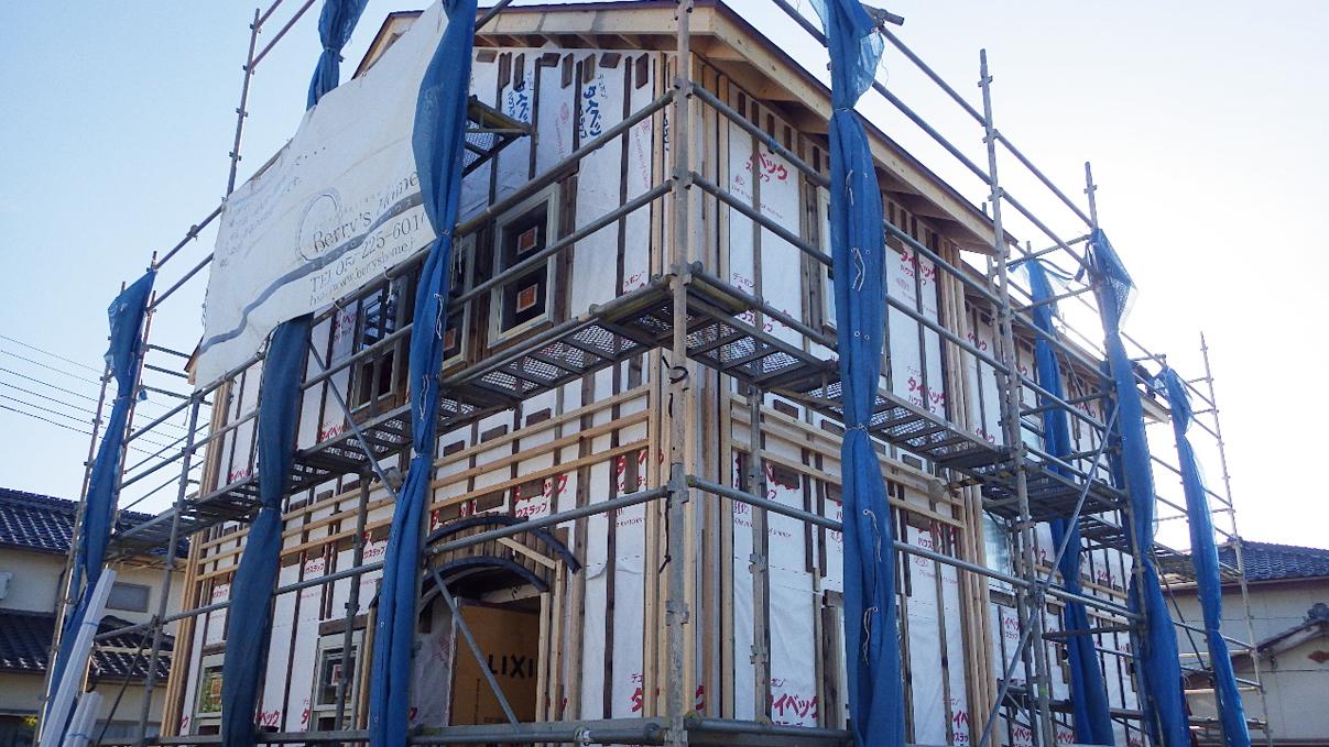 自然素材の漆喰外壁のお家 外装工事3