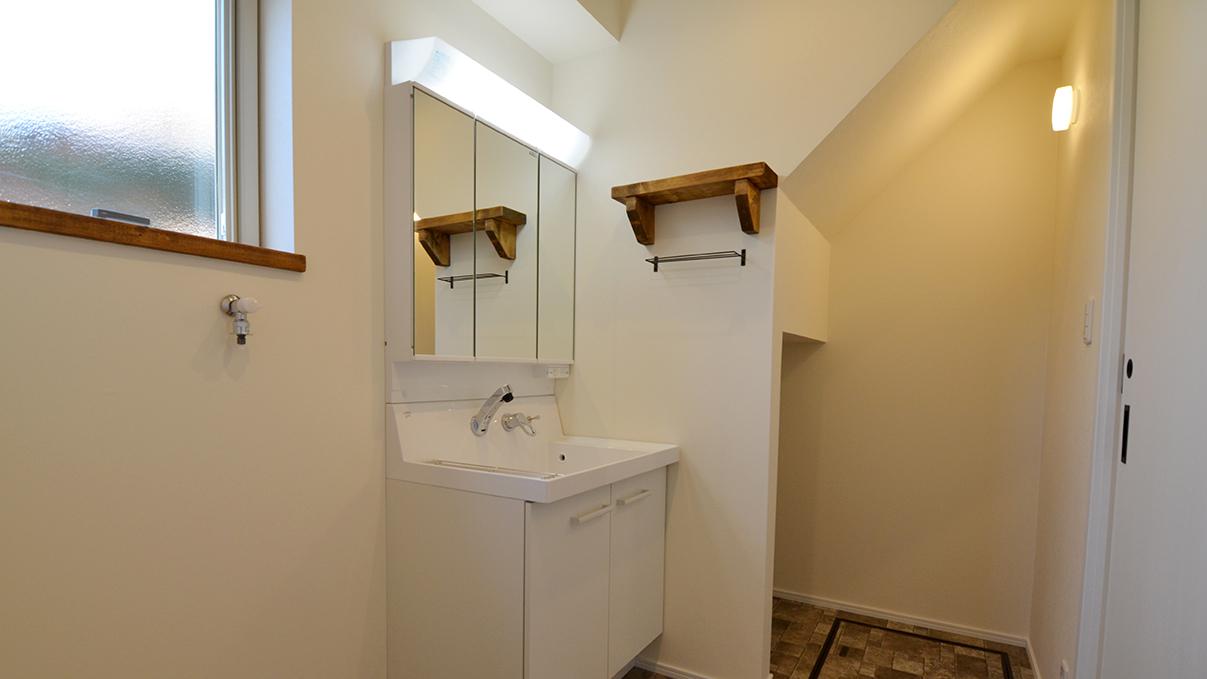 ナチュラルモダンのお家 洗面台と造作棚
