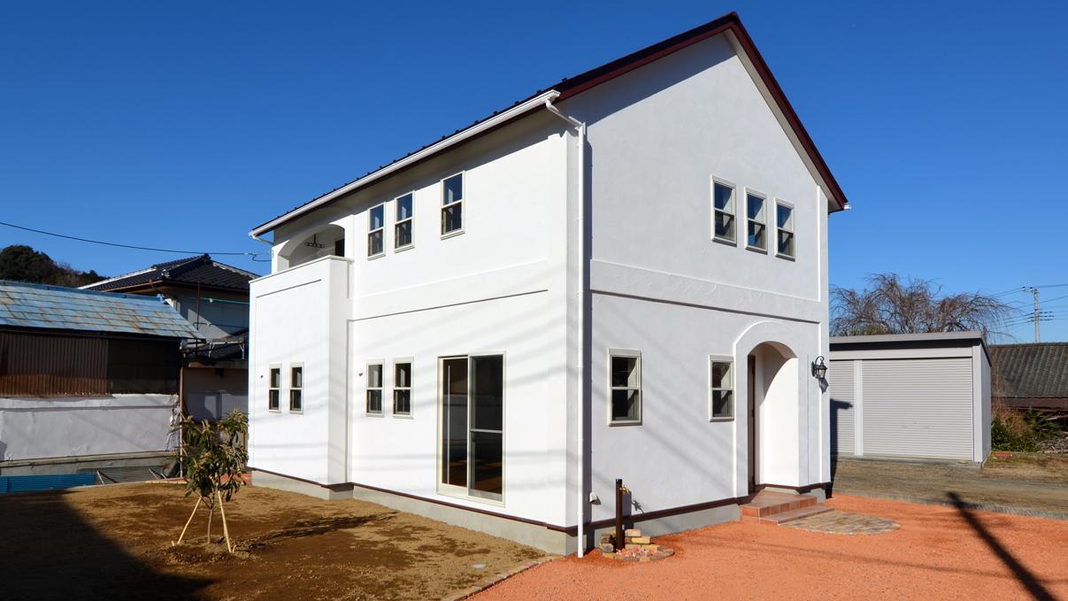 自然素材の漆喰外壁のお家