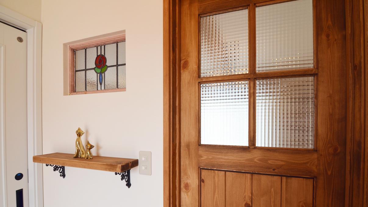猫ちゃんが快適に住めるカワイイお家 玄関にあるステンドガラス