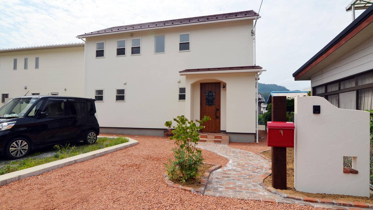 市川三郷 猫ちゃんが快適に住めるカワイイお家 漆喰の塗り壁のお家