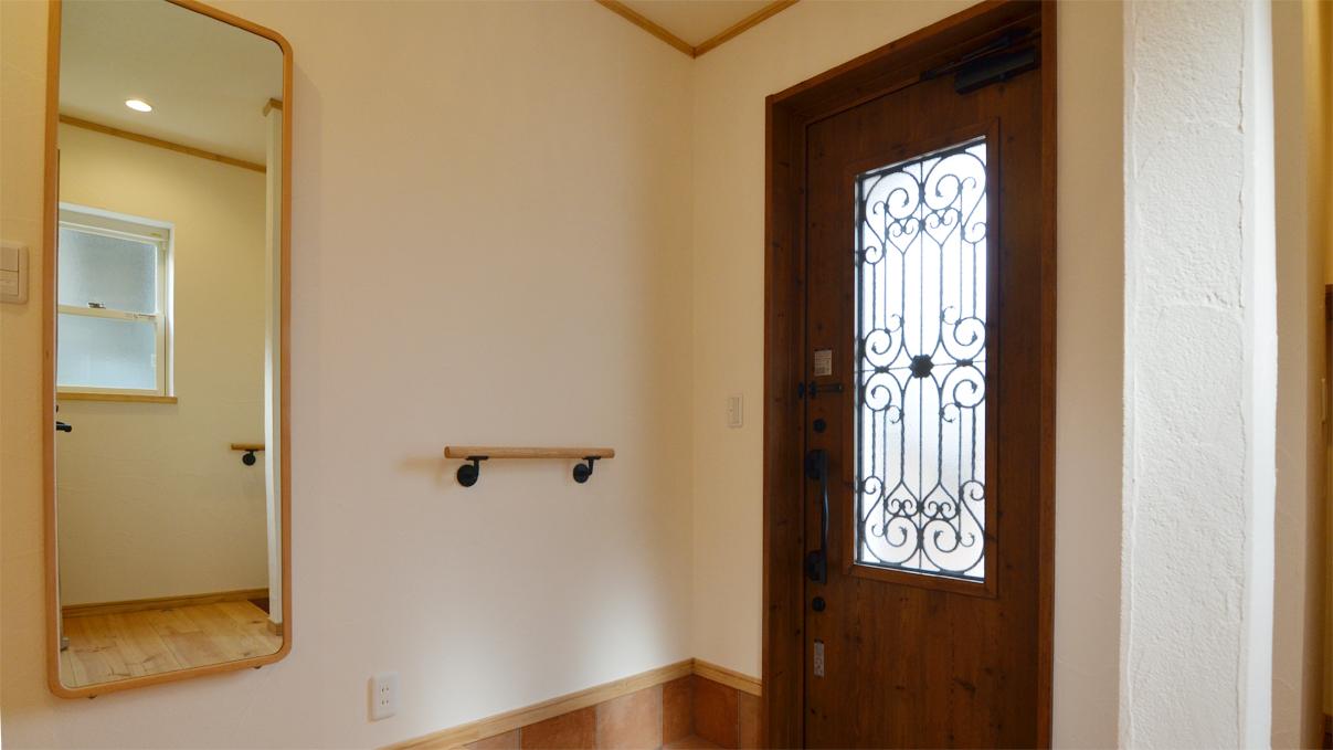 自然素材にこだわるお家 玄関手摺と姿見鏡