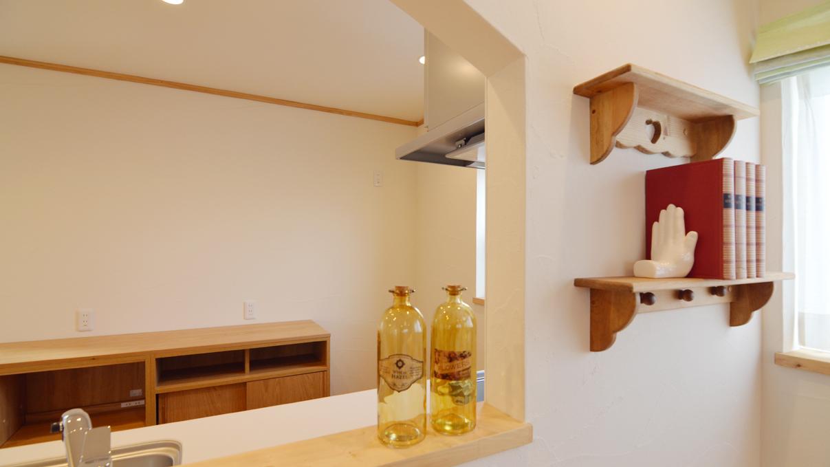 自然素材にこだわるお家 キッチンカウンターとかわいい棚板