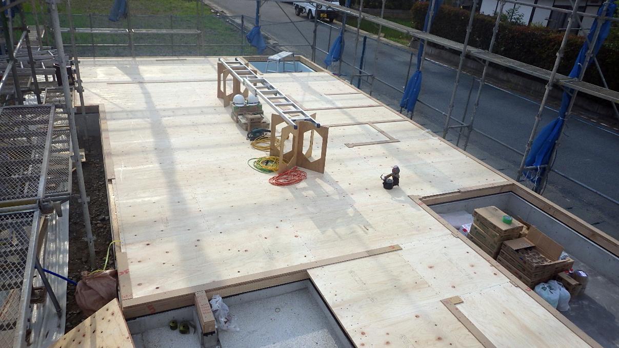 書斎からガレージが見えるインダストリアルデザインのお家 土台敷き1