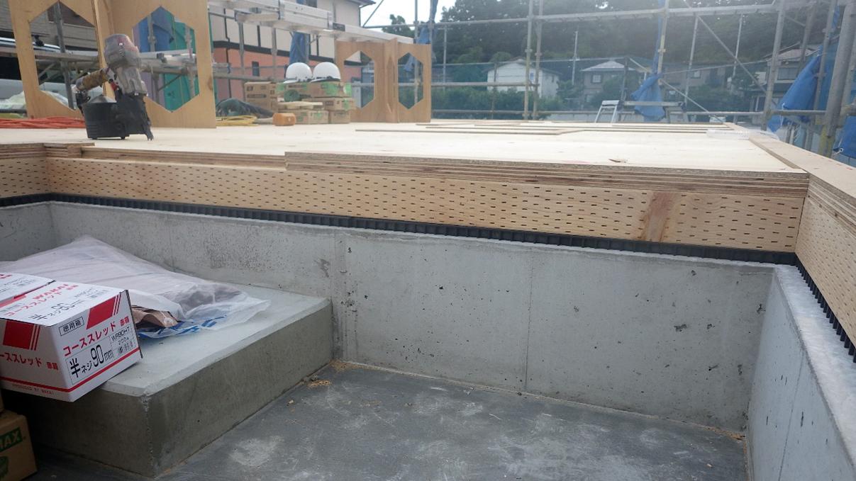 書斎からガレージが見えるインダストリアルデザインのお家 土台敷き2