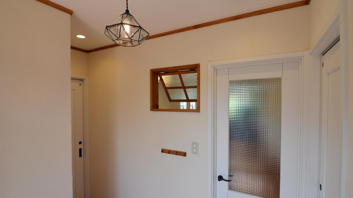 かわいい家 玄関エントランスのかわいい照明と室内木製窓