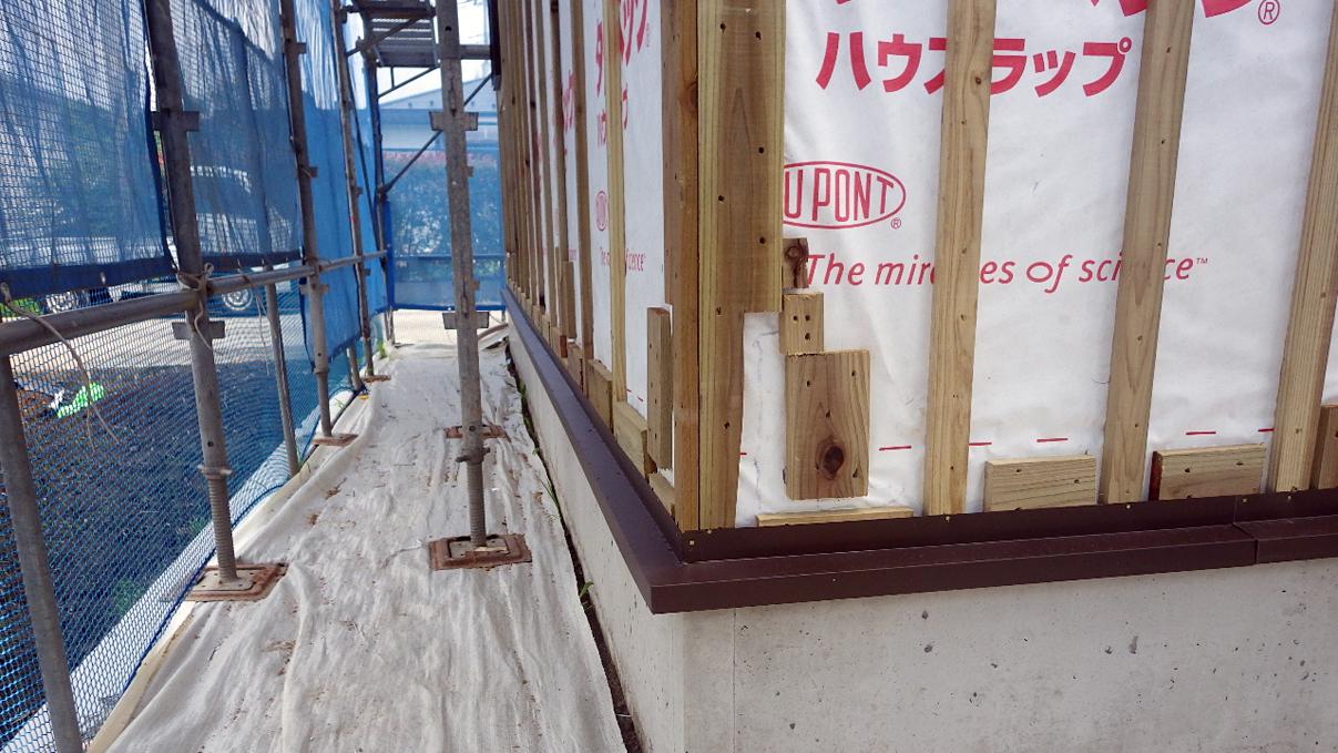 書斎からガレージが見えるインダストリアルデザインのお家 外装工事5