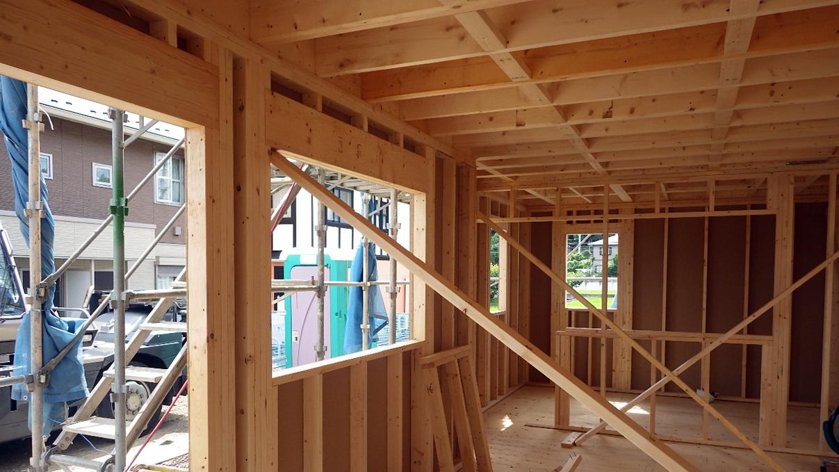 書斎からガレージが見えるインダストリアルデザインのお家 上棟工事6