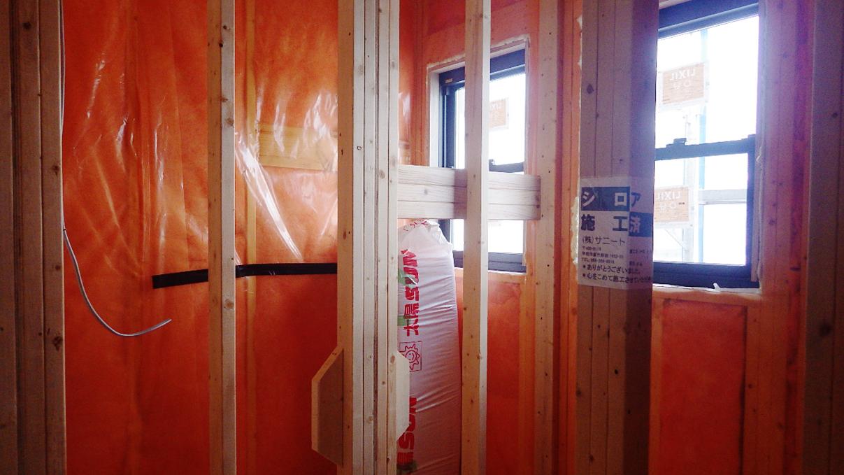 書斎からガレージが見えるインダストリアルデザインのお家 内装工事10
