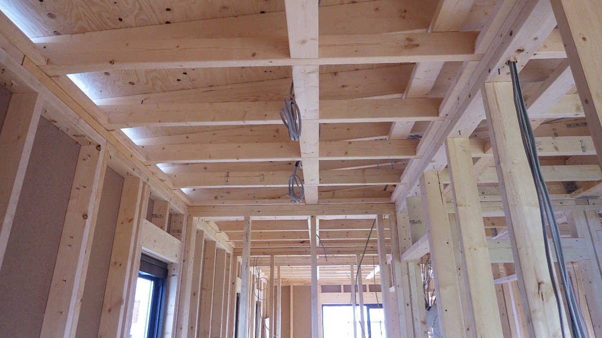 書斎からガレージが見えるインダストリアルデザインのお家 内装工事1