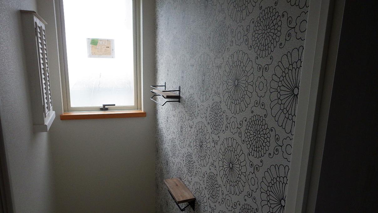 大好きな自然素材の漆喰がこだわりのかわいい家 アクセントの壁紙