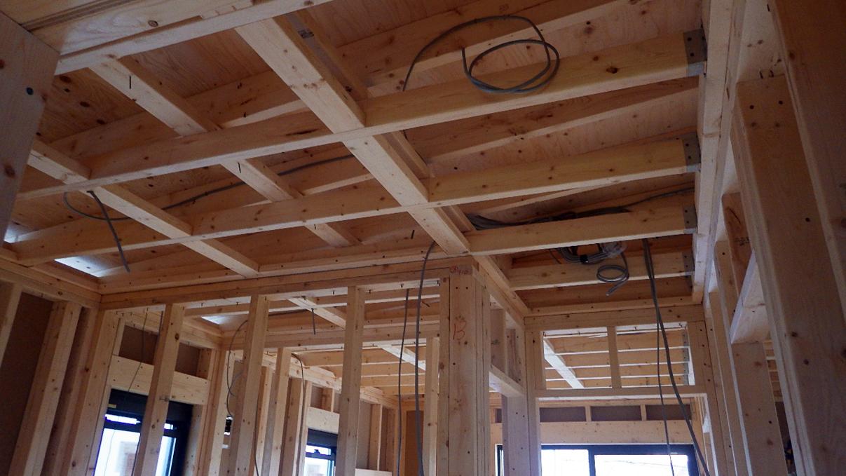 書斎からガレージが見えるインダストリアルデザインのお家 内装工事2