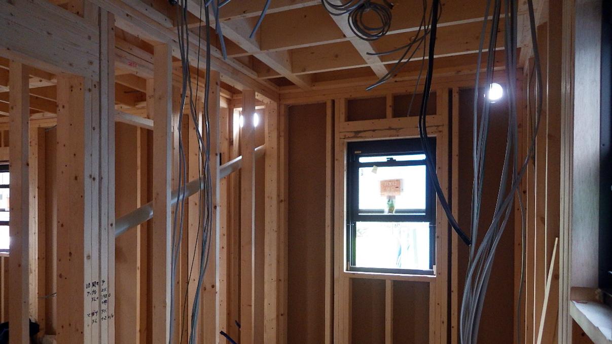 書斎からガレージが見えるインダストリアルデザインのお家 内装工事3