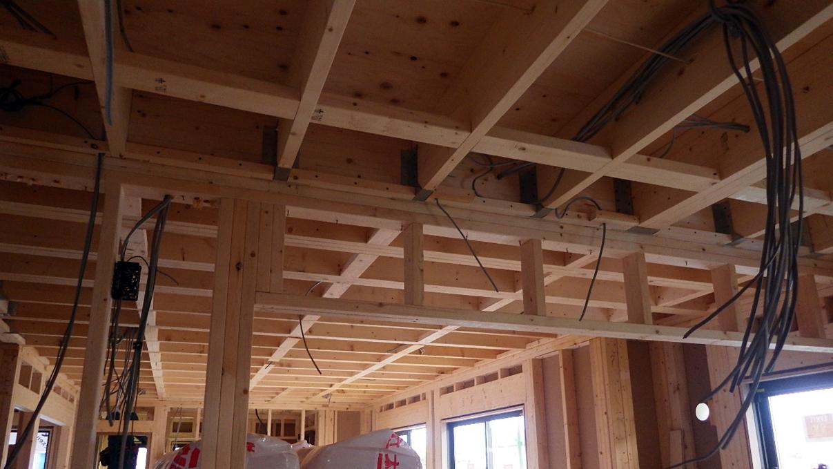 書斎からガレージが見えるインダストリアルデザインのお家 内装工事4