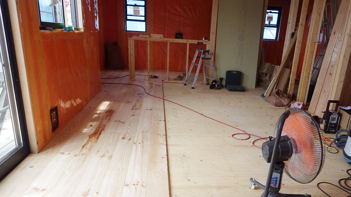 書斎からガレージが見えるインダストリアルデザインのお家 内装工事6