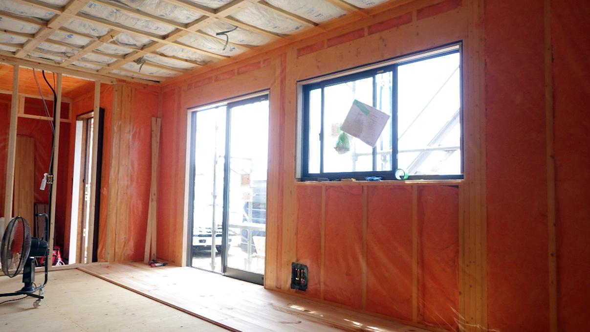 書斎からガレージが見えるインダストリアルデザインのお家 内装工事5