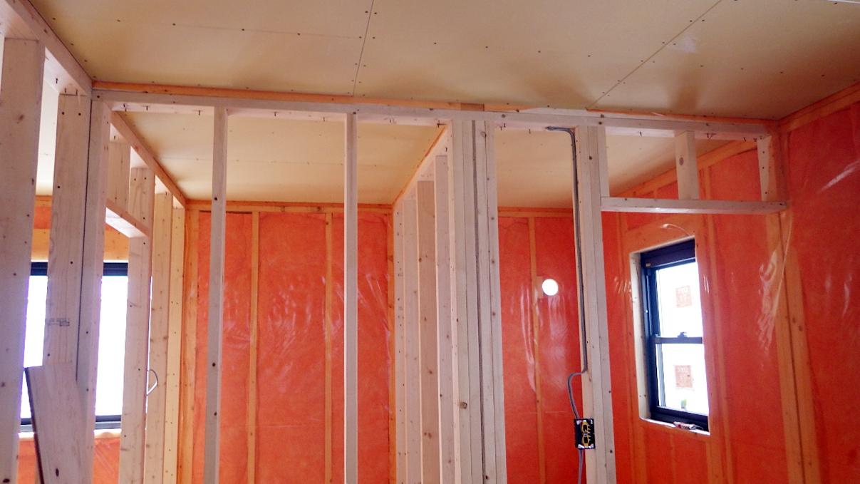 書斎からガレージが見えるインダストリアルデザインのお家 内装工事8
