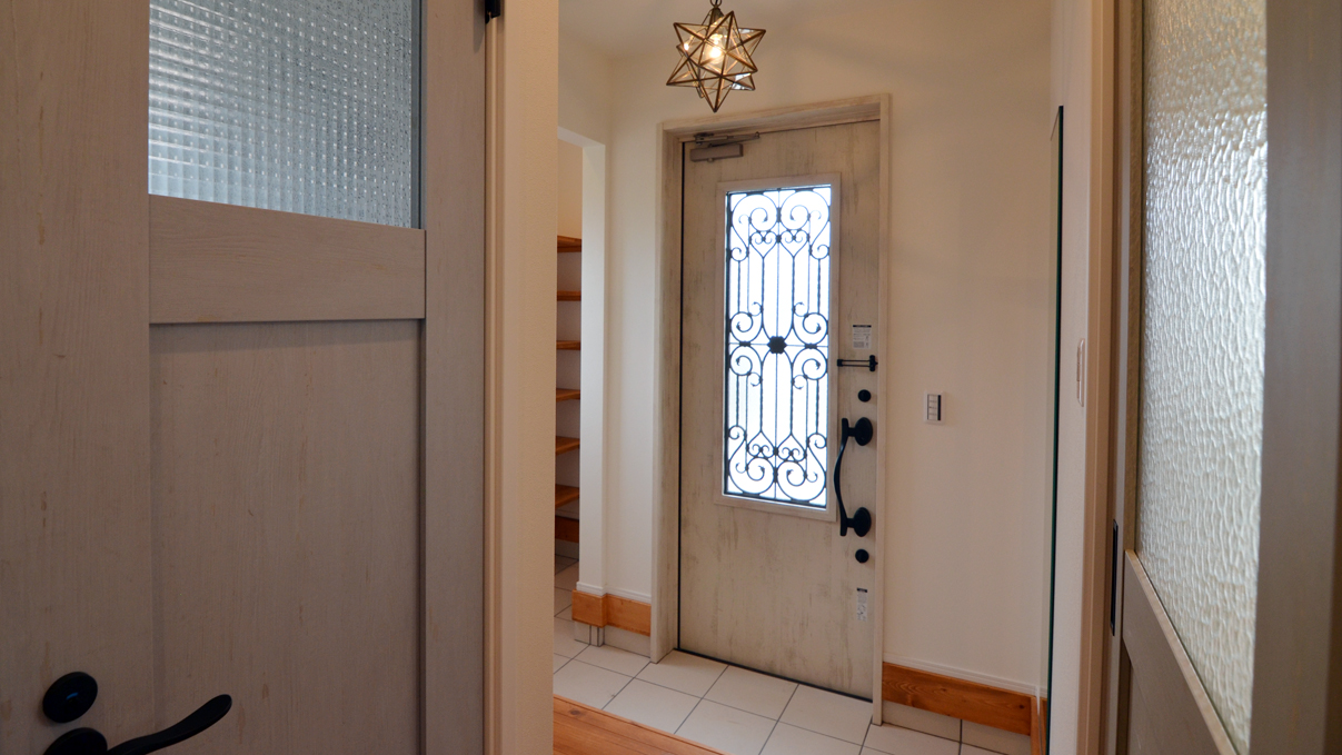 自然素材の漆喰塗り壁のこだわりのかわいい家 白を基調としたかわいい玄関エントランス