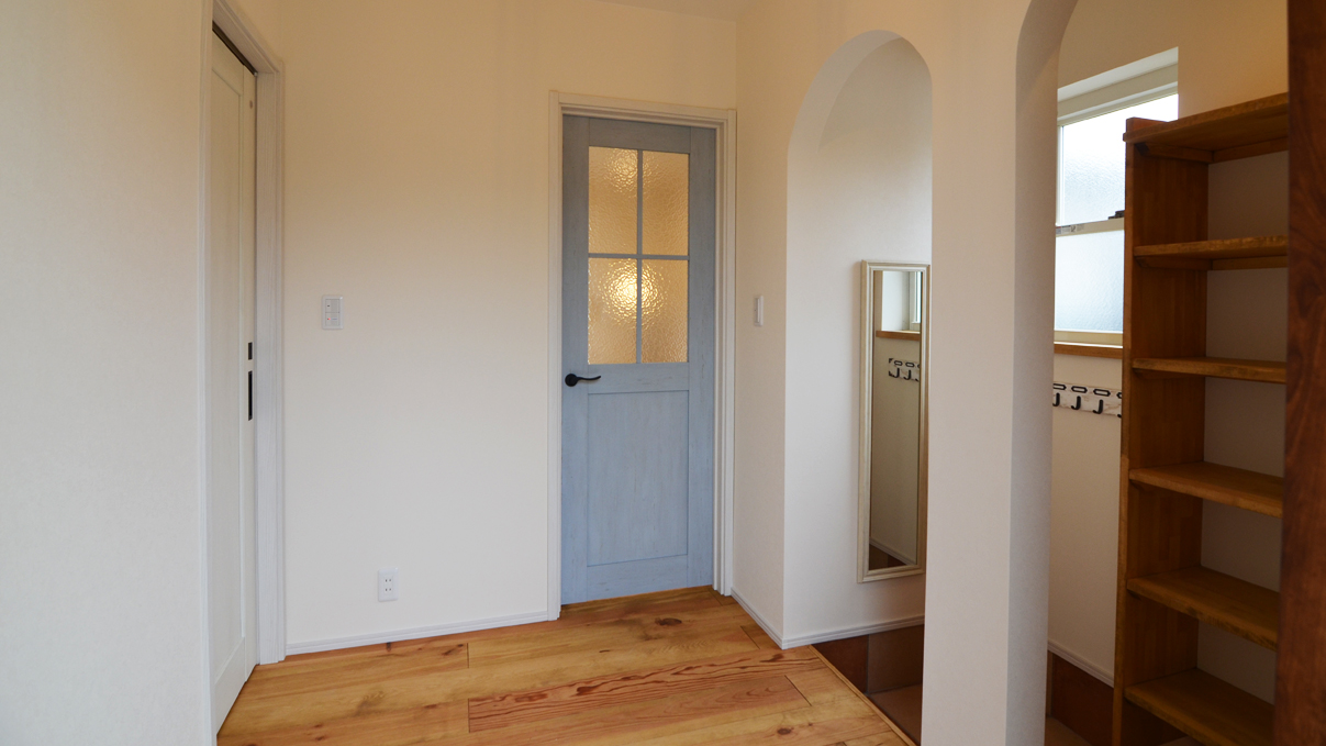 自然素材の漆喰と極厚幅広フローリングのかわいい家 かわいい玄関エントランス