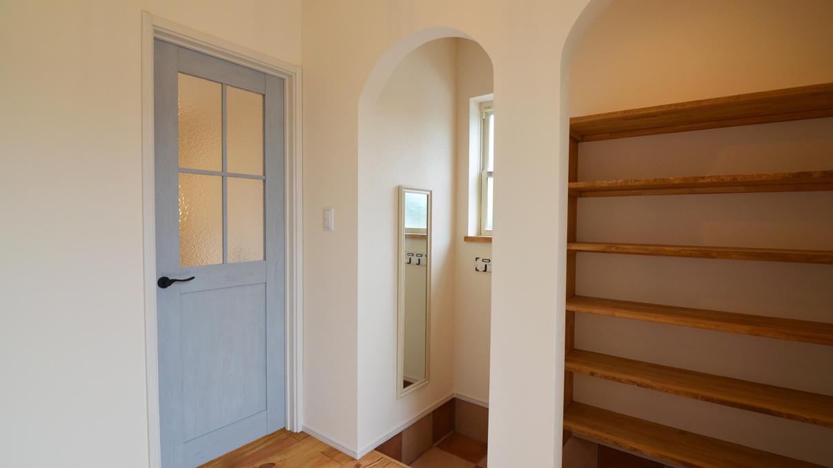 自然素材の漆喰と極厚幅広フローリングのかわいい家 造作シューズクロークとアーチがかわいい