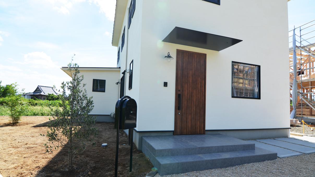インダストリアルデザインとかわいいが融合したお家 漆喰塗り壁の外観3