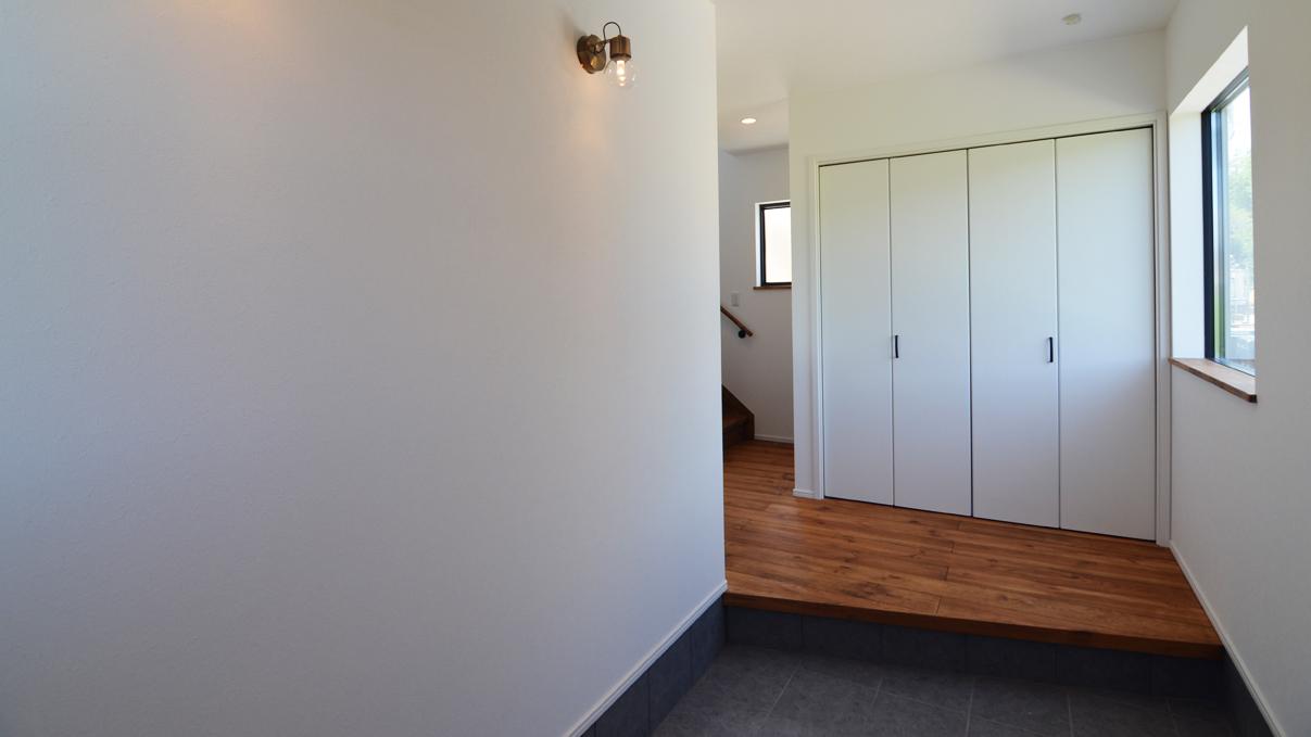 インダストリアルデザインとかわいいが融合したお家 広々とした玄関1