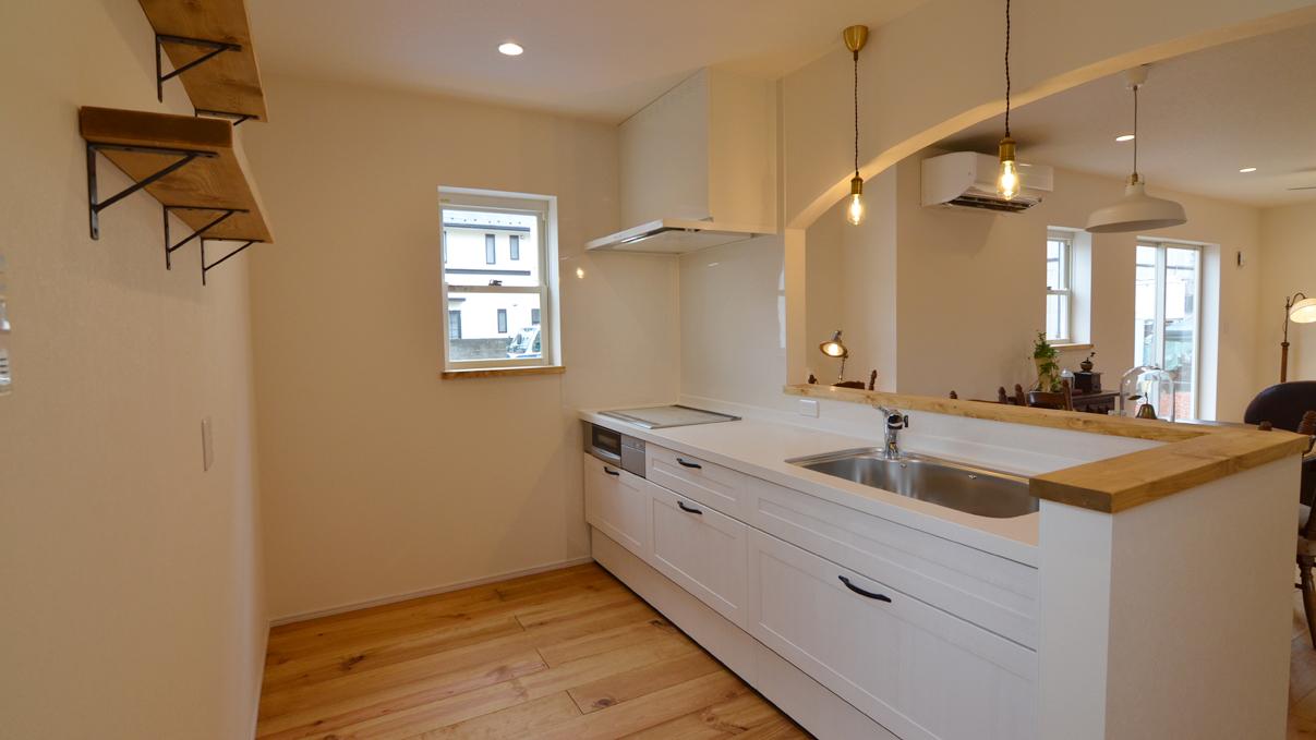 自然素材の漆喰と極厚幅広フローリングのかわいい家 白がかわいいキッチン
