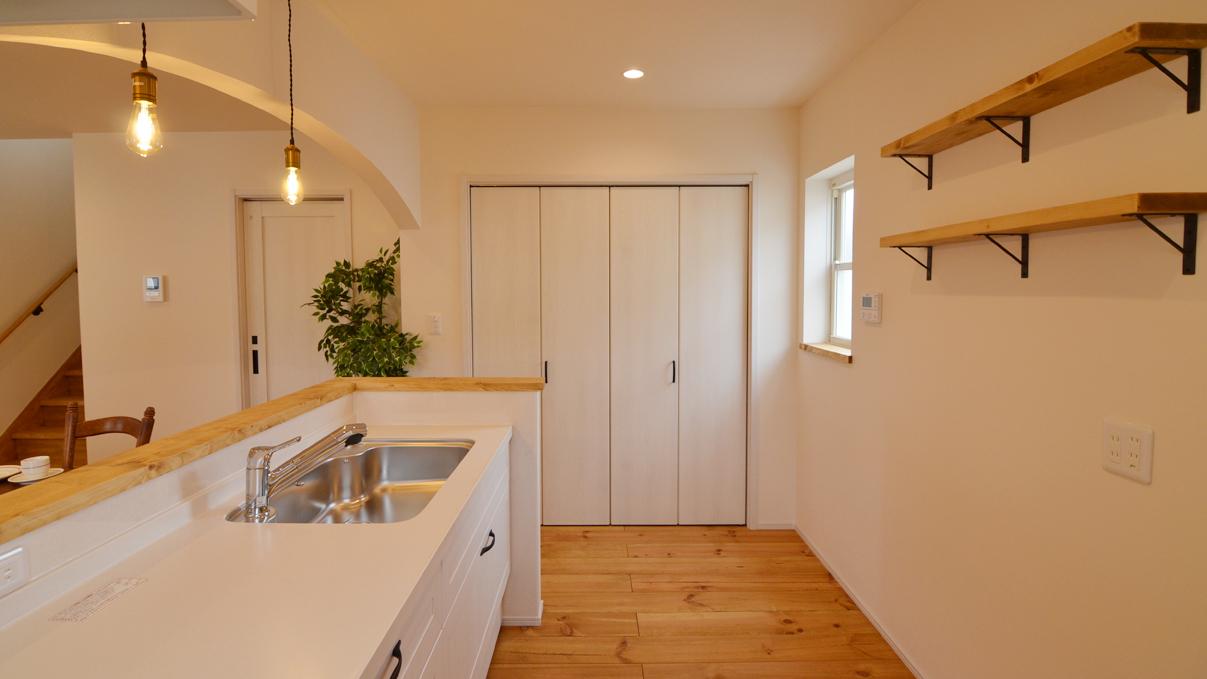 自然素材の漆喰と極厚幅広フローリングのかわいい家 キッチンとかわいい造作棚