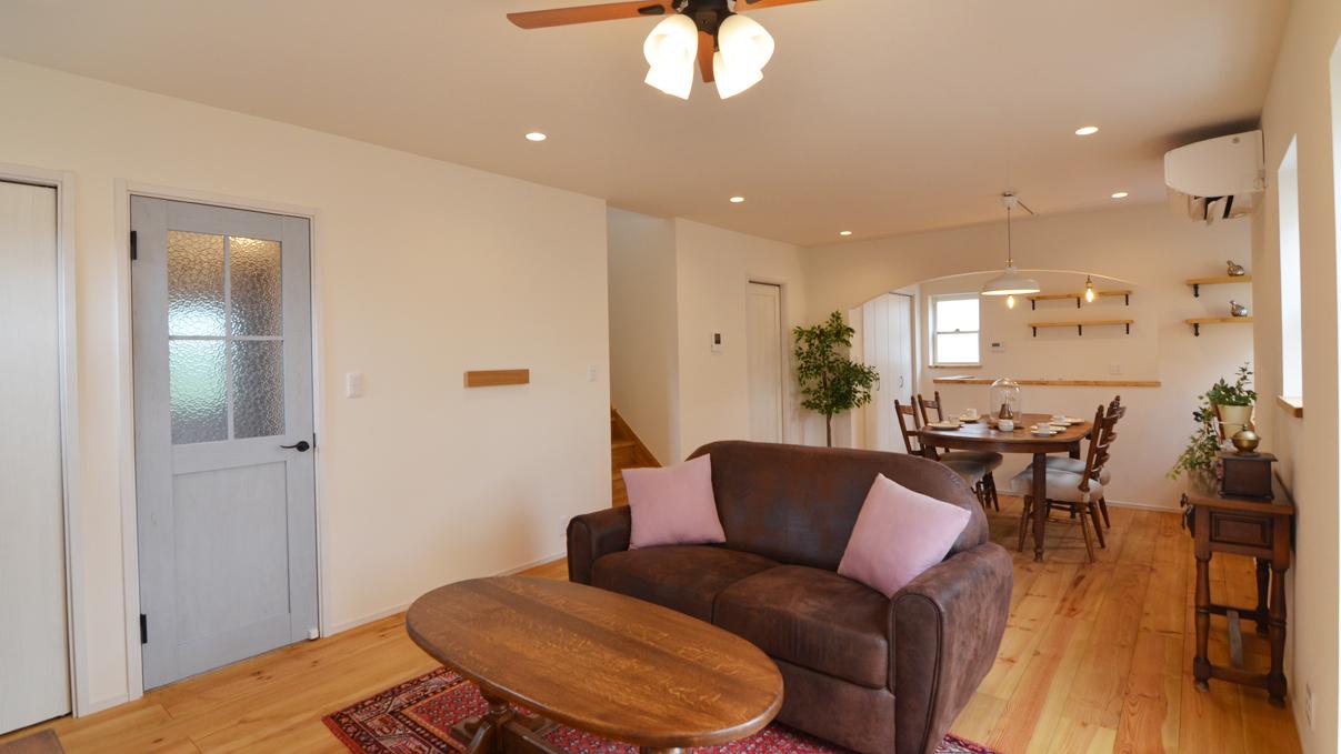 自然素材の漆喰と極厚幅広フローリングのかわいい家 リビング1
