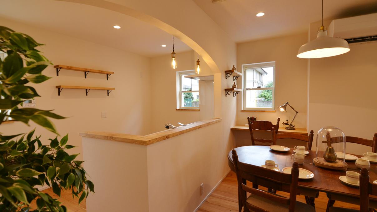 自然素材の漆喰と極厚幅広フローリングのかわいい家 キッチンのアーチと造作棚がかわいいです