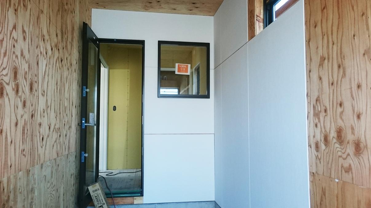 書斎からガレージが見れるインダストリアルデザインのお家
