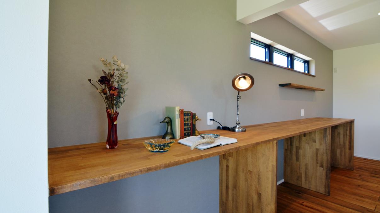 インダストリアルデザインとかわいいが融合したお家 キッチン背面の造作棚