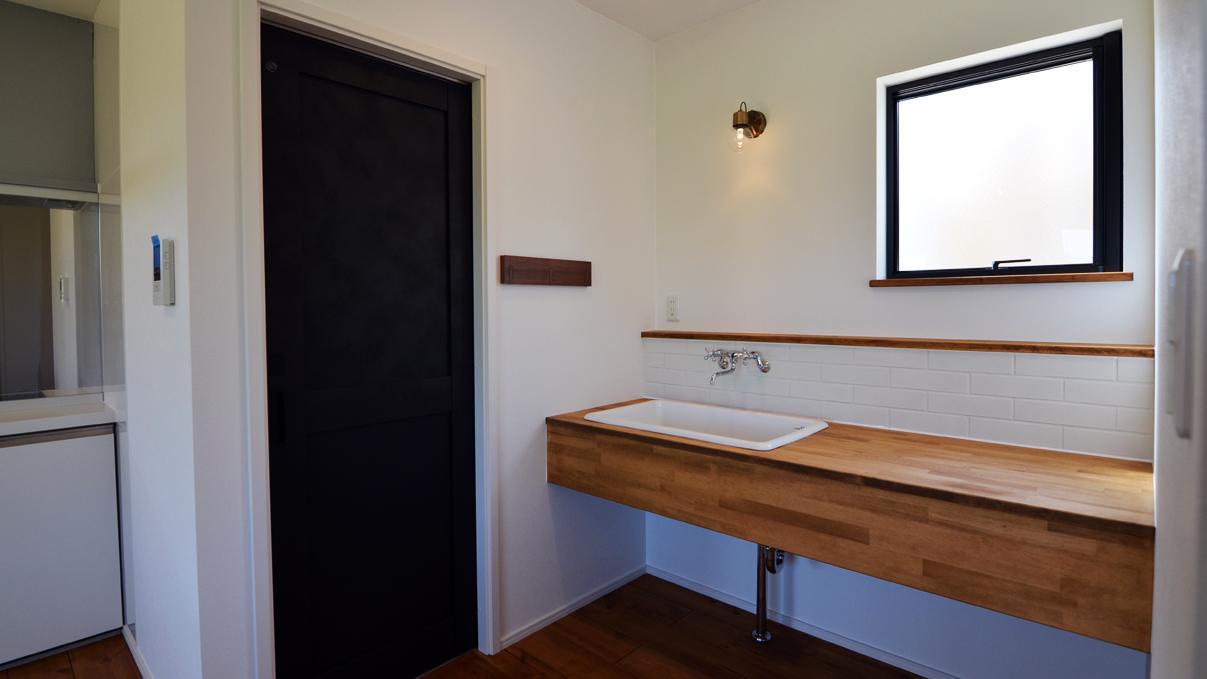 インダストリアルデザインとかわいいが融合したお家 造作洗面台1