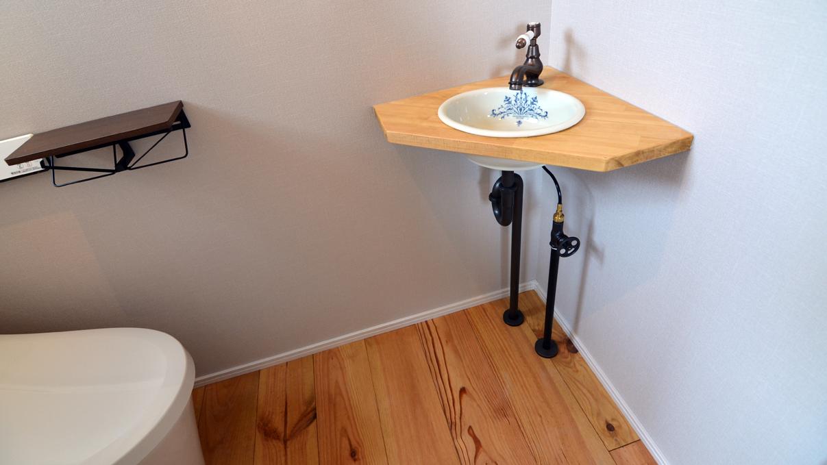 自然素材の漆喰と極厚幅広フローリングのかわいい家 トイレ内のかわいい手洗い