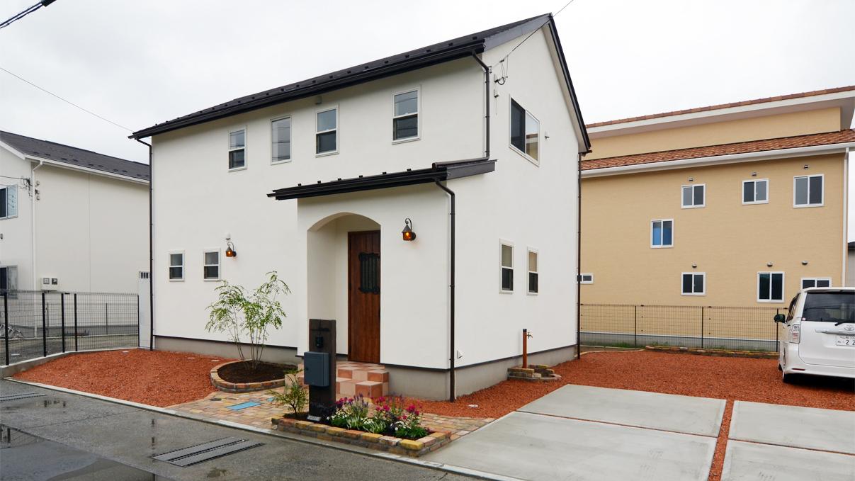 漆喰塗り壁と極厚フローリングのかわいい家外観②
