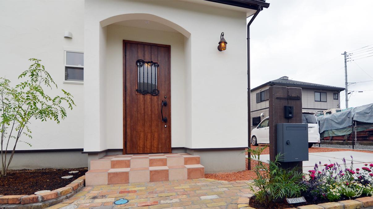 漆喰塗り壁と極厚フローリングのかわいい家外観④