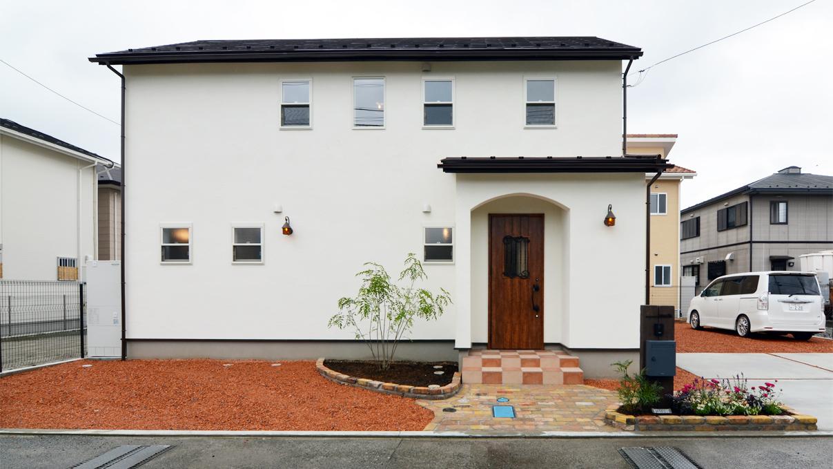 漆喰塗り壁と極厚フローリングのかわいい家外観①