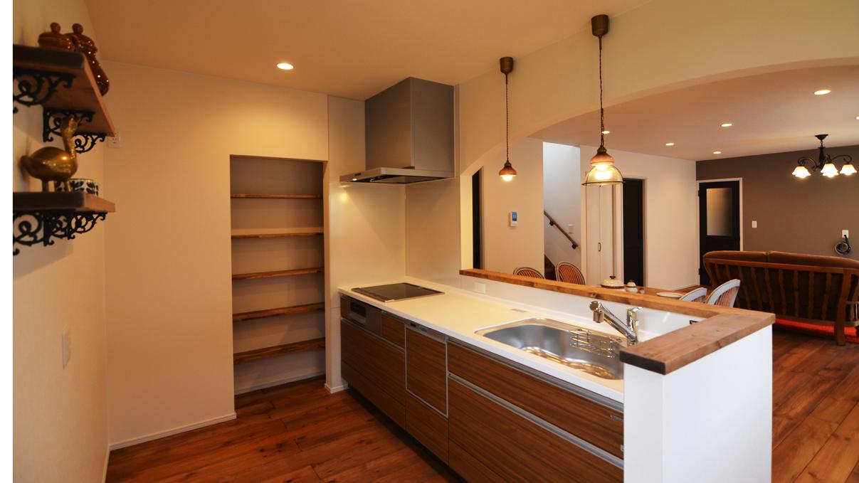 書斎からガレージが見れるインダストリアルデザインのお家6