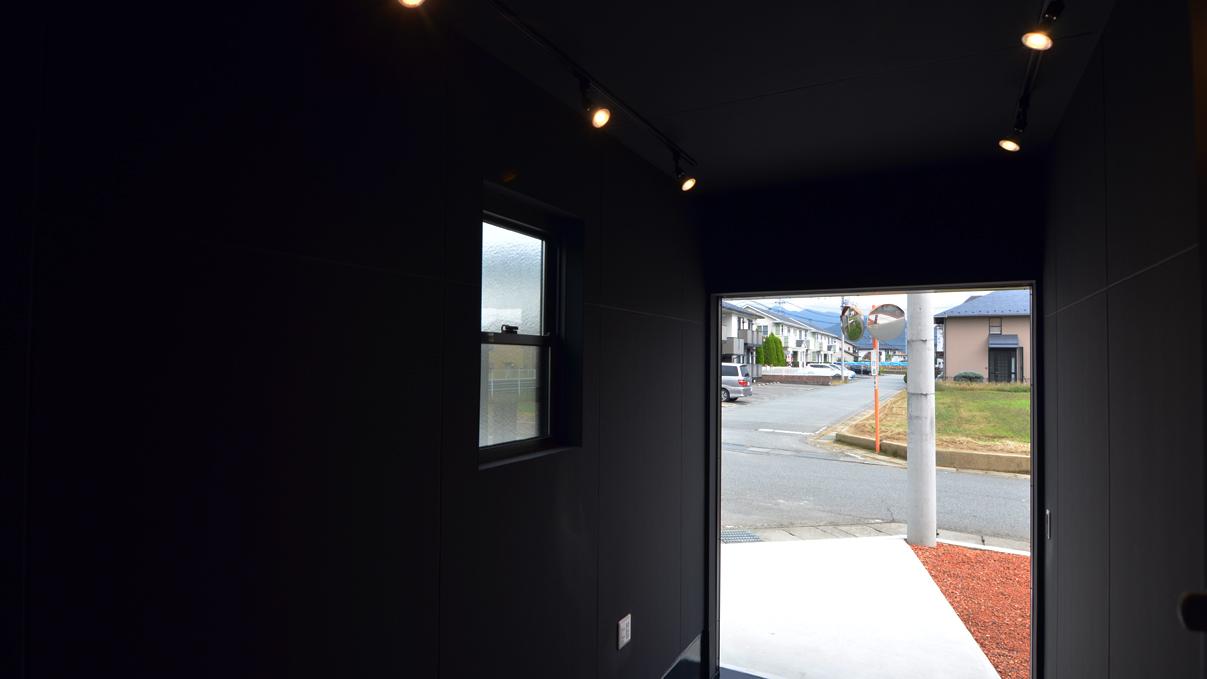 書斎からガレージが見れるインダストリアルデザインのお家15