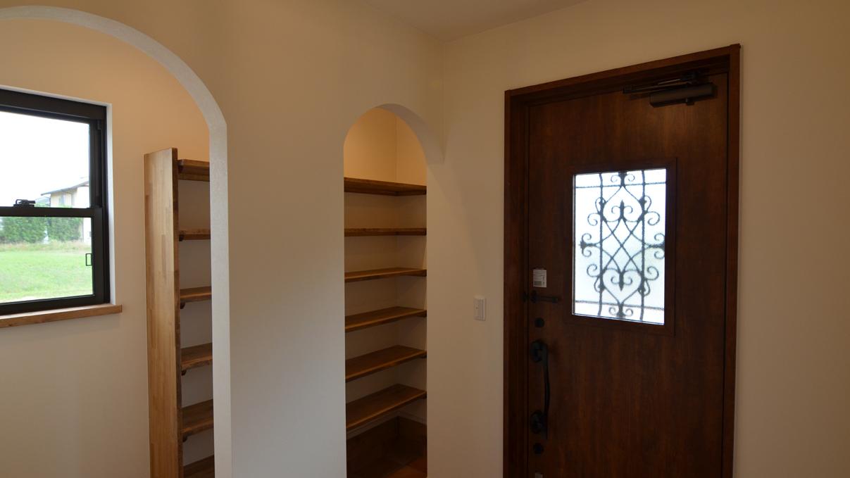 書斎からガレージが見れるインダストリアルデザインのお家14