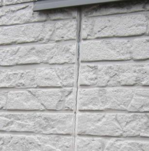 コーキングが劣化したサイディングパネルの外壁